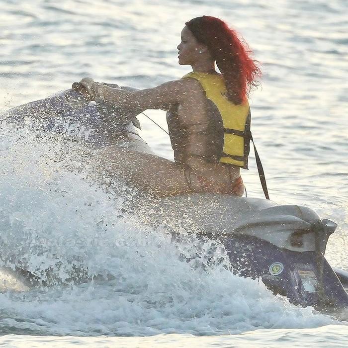 Rihanna отдыхает на пляже (6 фото)