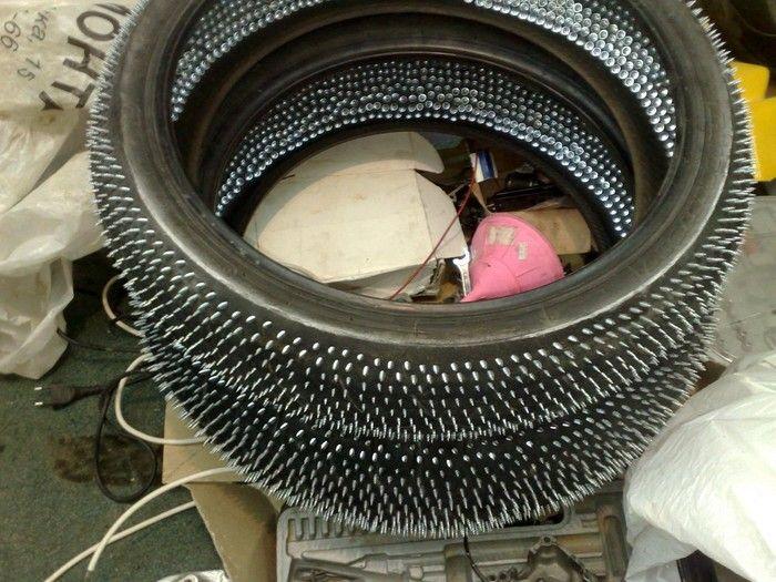 Шипуем мотоциклетную резину саморезами (3 фото)