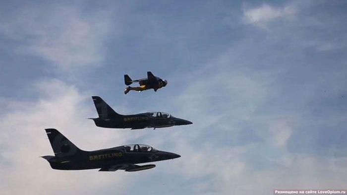 Полет человека над Альпами вместе с боевыми самолетами (14 фото + 1 видео)
