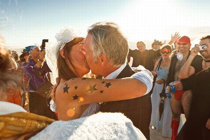 Как женятся на фестивале Burning Man  (20 фото)