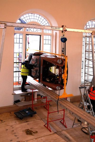 Последний в серии MGB Roadster вернули в музей через окно (8 фото+2 видео)