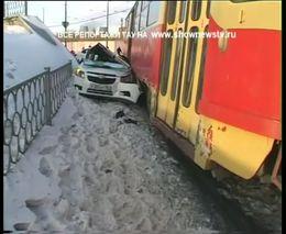 Трамвай размазал машину с беременной женщиной