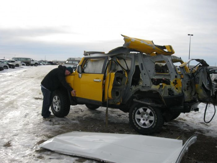 Последствия взрыва баллона с ацетиленом внутри Toyota FJ Cruiser (7 фото)