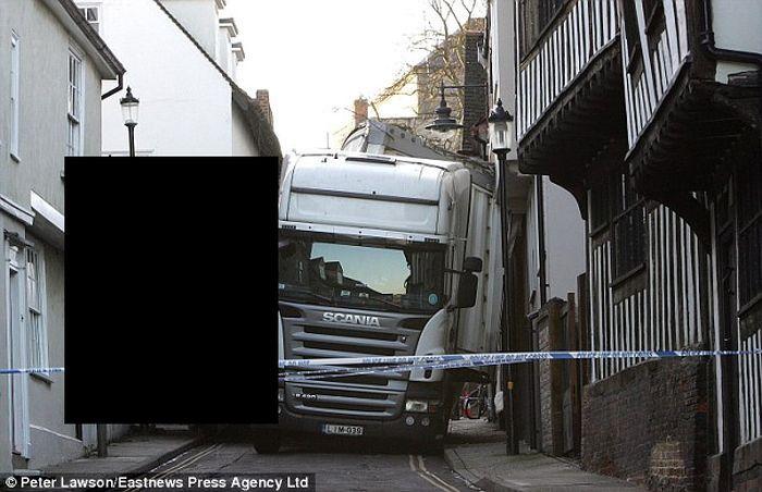 Система навигации подвела водителя грузовика (4 фото)
