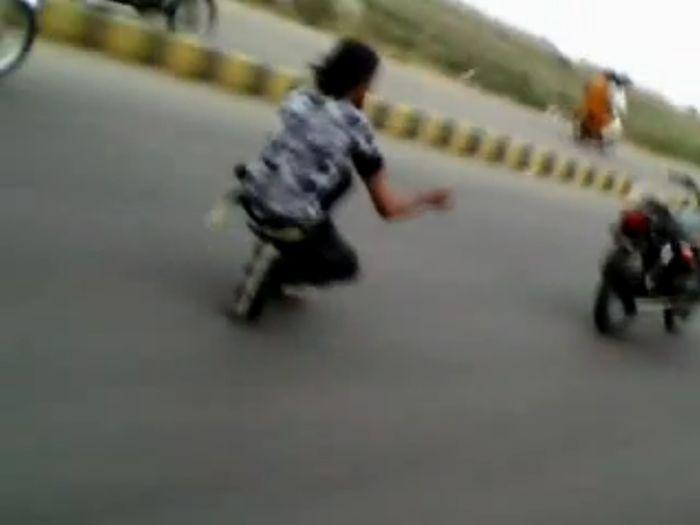 В Пакистане безумец на роликах едет за мотоциклом (4 видео)