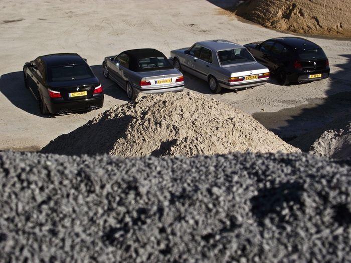 Фотосет четырех BMW на песчаном карьере (38 фото)