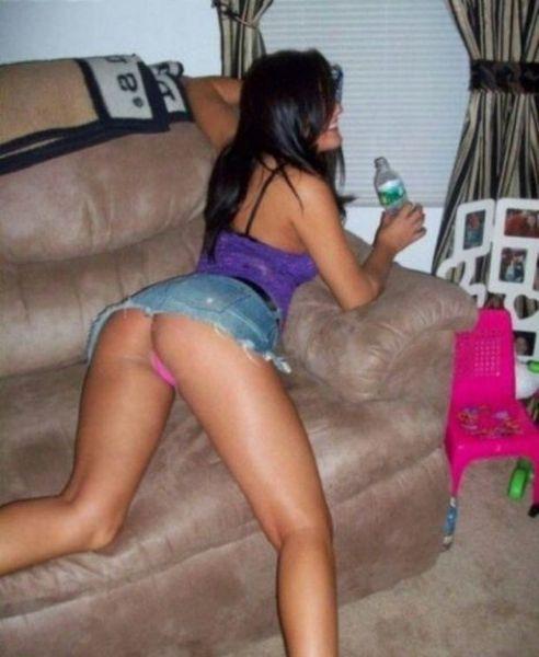 Девушки приглашают поваляться на диване (20 фото)