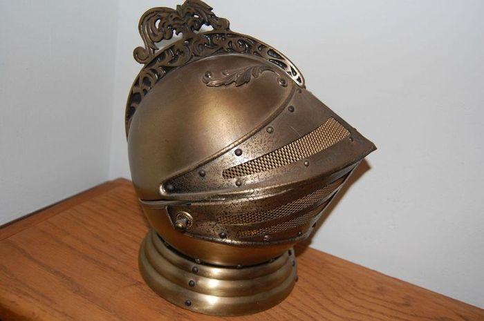 Антикварный шлем-бар (6 фото)