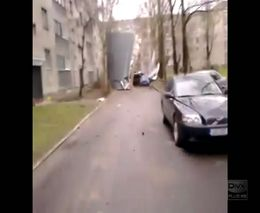 В Эстонии после сильнейшего ветра сорвало крышу