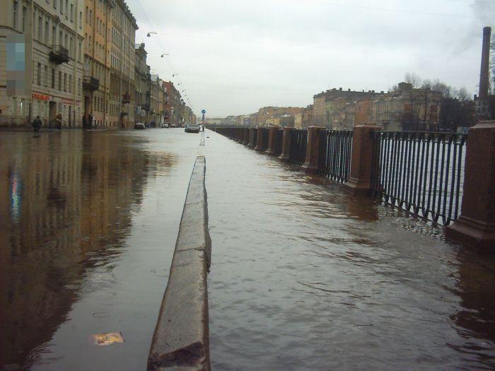 В Петербурге фонтанка вышла из берегов (6 фото + 2 видео)