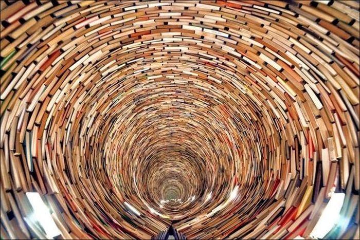 Бесконечный тоннель из книг (4 фото)
