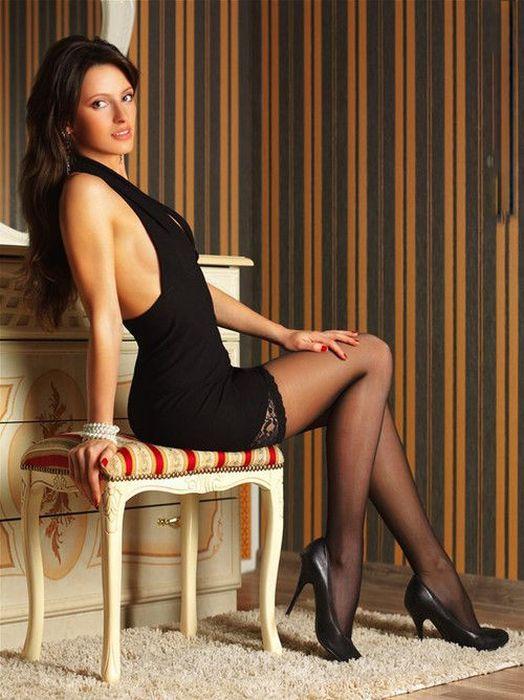 женщины в чулках и коротких платьях относится