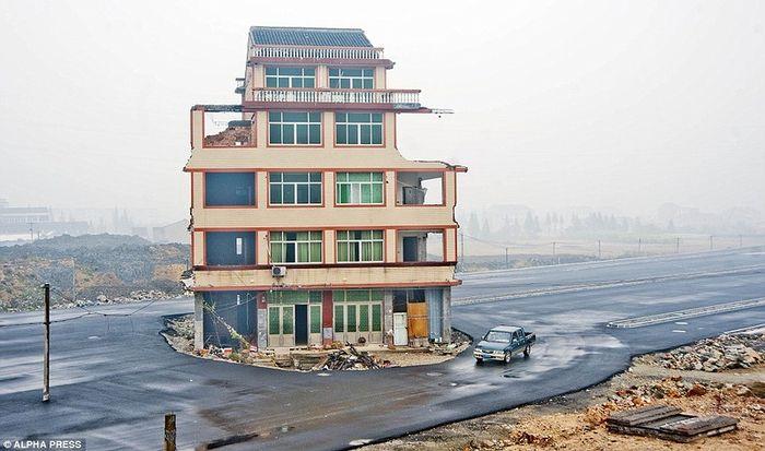 китай, дом на дороге, снос дома, разрушили