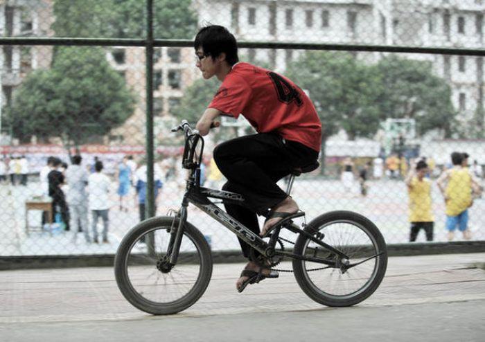 китаец, инвалид, без рук