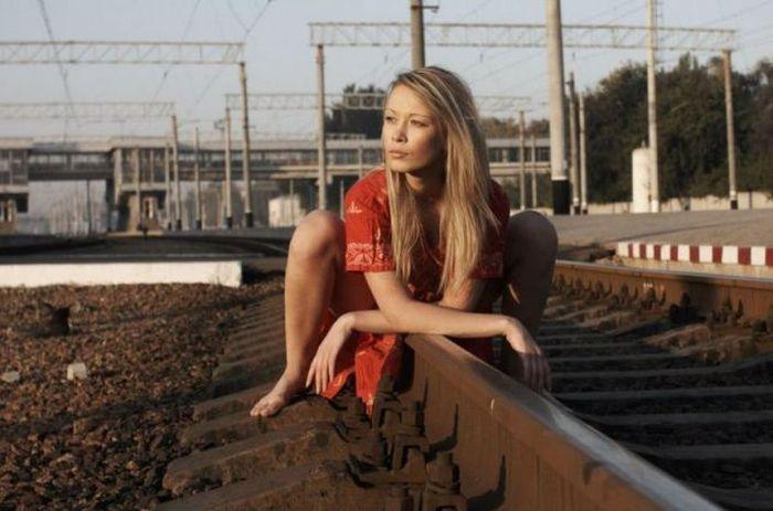 Фотоприкол онлайн железная дорога, железнодорожные пути, красивая девушка, рельсы