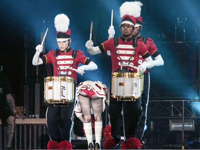 Фото прикол барабанщики, засветилась, оркестр, под юбкой