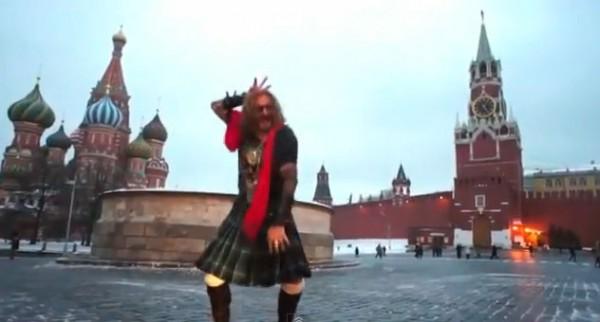 Джигурда в юбке танцует на красной площади