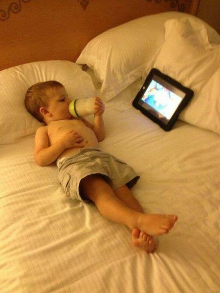Прекрасные фото лежит, на кровати, отдыхает, планшет, ребенок
