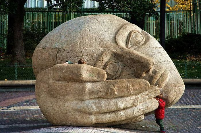 Улетное фото дети, огромная голова, скульптура, статуя, фэйспалм