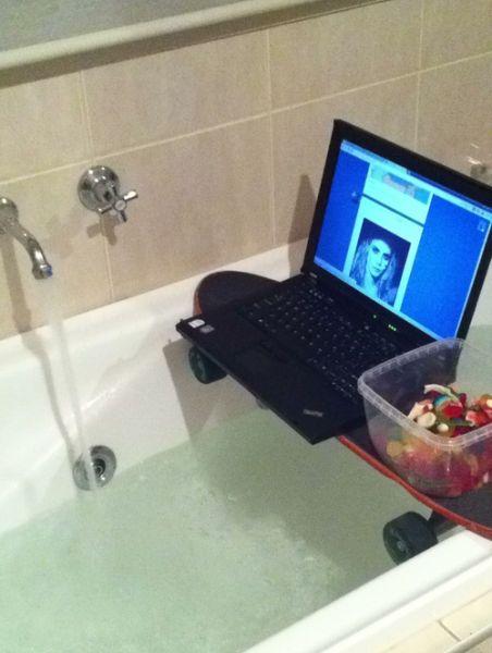 Фотоальбом ванная комната, ноутбук, прикол, приспособился, хорошо устроился