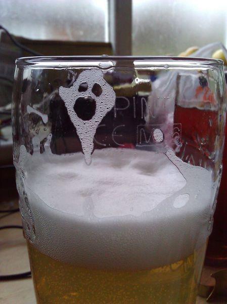 Фотоприкол недели бокал пива, знак, знамение, лицо призрака, привидение