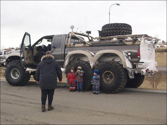 Улетное фото большая машина, вездеход, внедорожник, дети, отец и ребенок