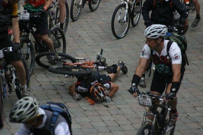 Фотоприкол недели велосипедист упал, велосипедисты, гонка, жесткое падение