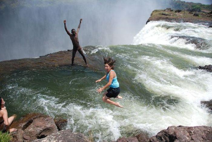 Смешной фотоприкол водопад, девушка, за секунду до, обрыв, прыжок в воду, чернокожий