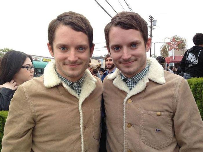 Яркие фото близнецы, одинаково одеты, одинаковые, прикол, прикольная фотографи