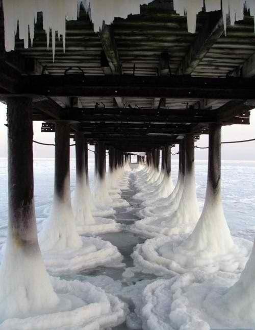 Прикол картинка заледенел, замерзли, лед, мост, обледенел, пирс, сваи, сковали