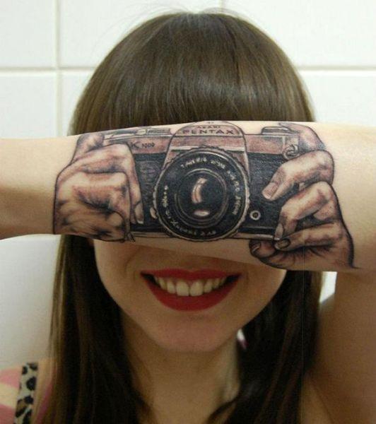 Красивые фото девушка, зубы, красивая улыбка, на руке, татуировка, фотоаппарат