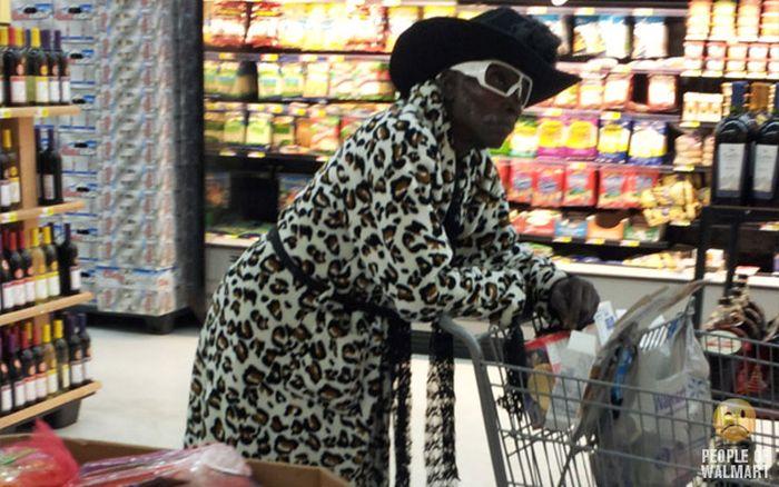 Gente rara en el supermercado Walmart-053