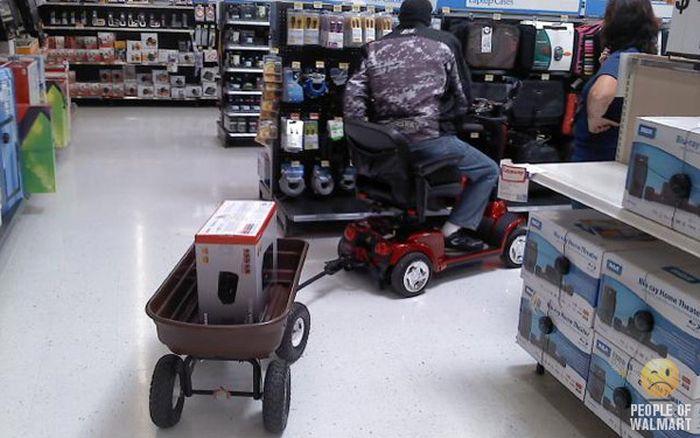 Gente rara en el supermercado Walmart-058