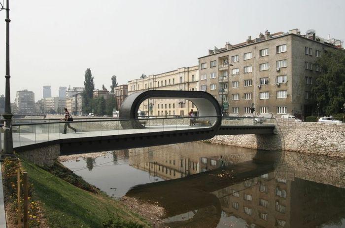 Пешеходный мост в Сараево (4 фото)