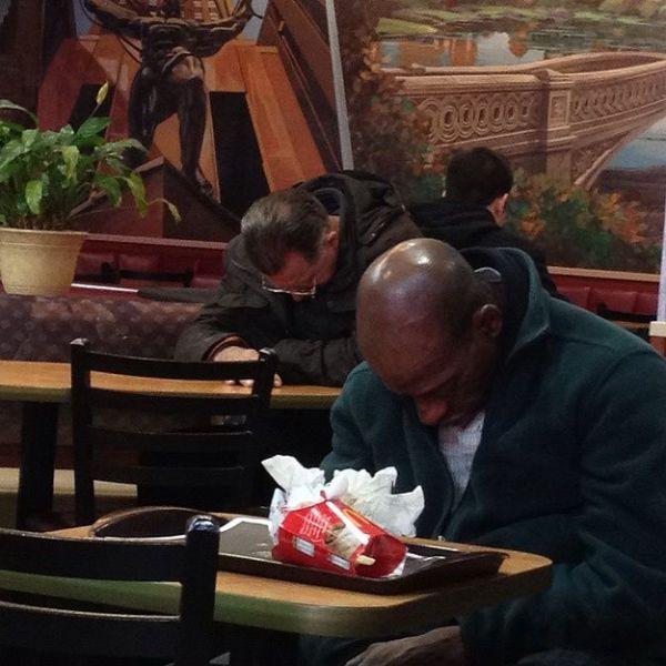 Фотоальбом за столом, засыпает, макдональдс, уснул, чернокожий