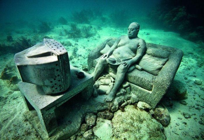 Шикарное фото диван, перед телевизором, под водой, сидит, скульптура, человек