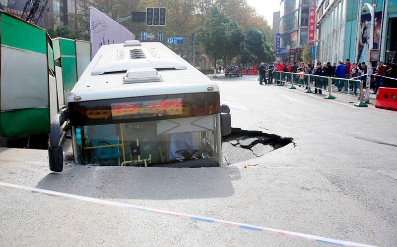 Пикантный фотоприкол автобус, идиотизм, прикол, провалился под землю, ржака