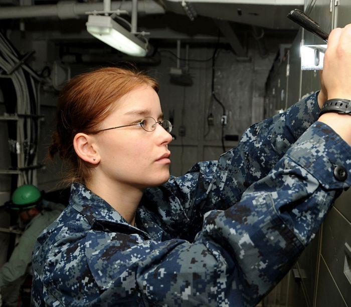 Девушка в военым форме фото