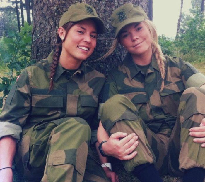 Девушки в военной эротической форме