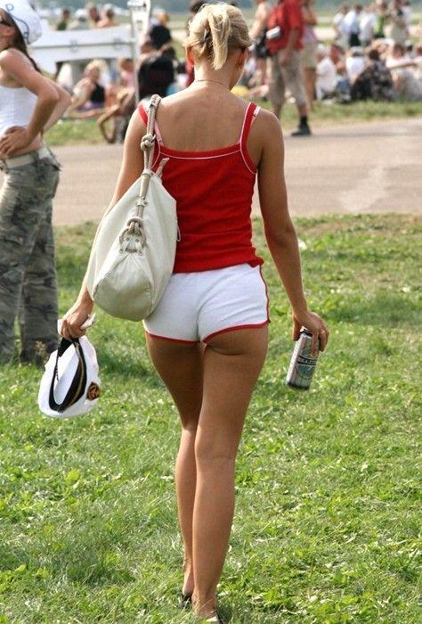кто-то девчонки в шортиках на улице фото сердца