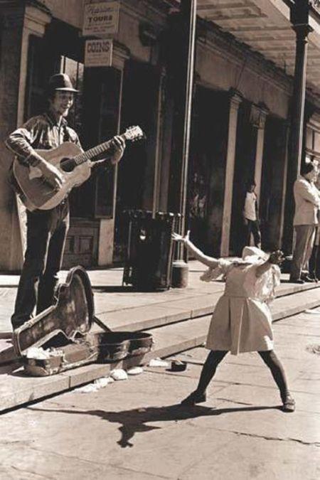 Фотоприкол фото выступает, девочка, играет на гитаре, крутая фотография, на улице, танцует