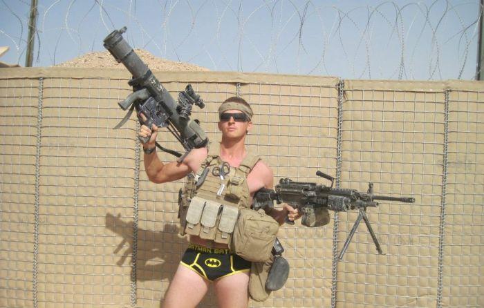 Юмор прикол армия сша, бэтмен, оружие, прикол, солдат, трусы, фото с оружием