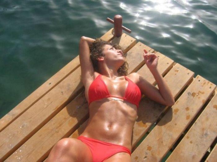 Пикантный фотоприкол грудь, девушка в бикини, красивая девушка, море, фигура