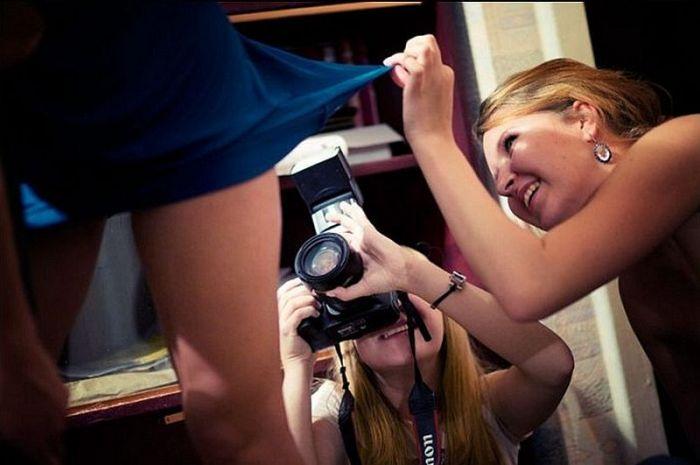 Фотоприкол фото девушки, под юбкой, прикол, снимают, тп, фотографируют